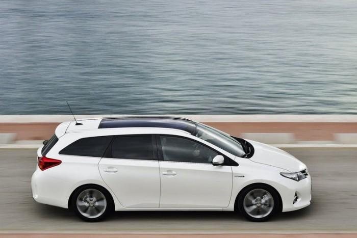 Az új trendet félrelökve a ferdehátú modellel azonos tengelytávra húzta fel kompakt kombiját a Toyota. A 285 milliméteres hosszgyarapodás ilyenformán teljes egészében a csomagteret erősíti.