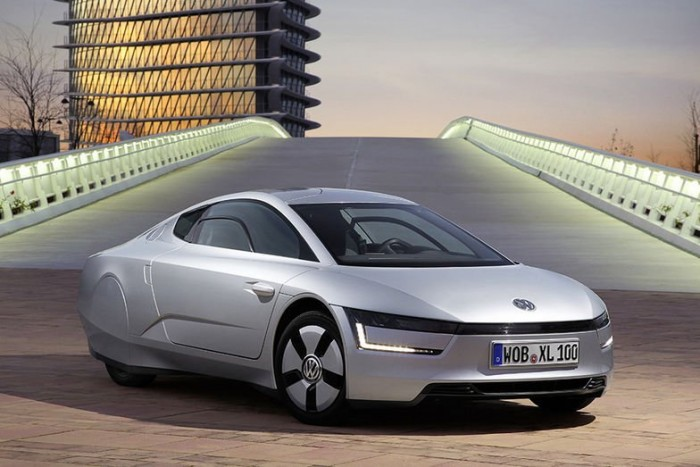 A legkiválóbb sportkocsik receptje szerint készült, de a lenyűgöző menetteljesítmények helyett a gazdaságos üzemre helyezi a hangsúlyt a Volkswagen ultra könnyű, hihetetlenül áramvonalas, alacsony tömegközéppontú kétülésese.