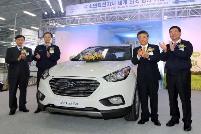 A Hyundai vezérkara az első sorozatgyártású FCEV-t ünnepli Ulsanban