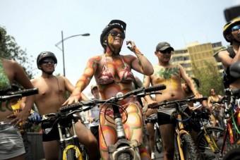 Pucér biciklisek tüntettek jobb utakért