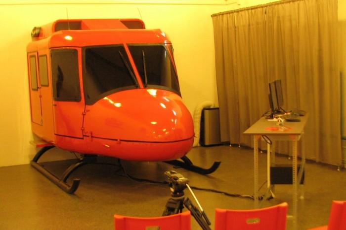 Egy fél helikopter, meg egy számítógépes pult - ennyi a szimulátor. Később pendrive-ra vehetjük és haza is vihetjük repülésünket.