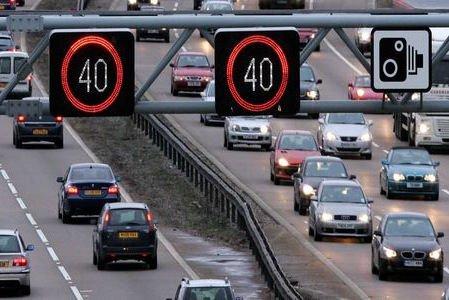 Nagy-Britanniában több ezer autós lélegezhet fel: a digitális sebesség-korlátozó jelzések nem feleltek meg az előírásoknak, ezért a jog szempontjából mintha nem is léteztek volna.