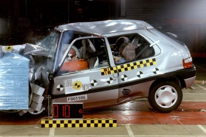 A Citroën Saxo (1996-2003) fejlesztésének idején a kisautók utasbiztonsága még jellemzően tragikus volt. Az Euro NCAP 2000-ben vizsgálta be az autót; ötből kettő csillagot adott neki.