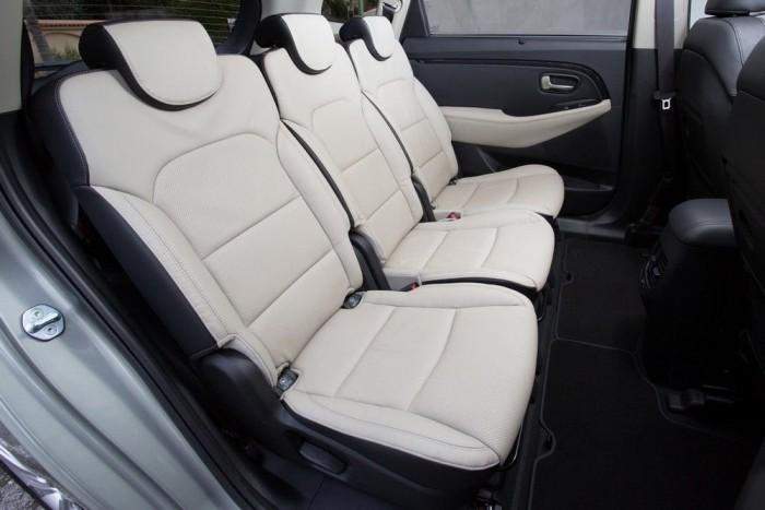 Mindhárom hátsó ülés eltolható, a háttámlák több fokozatban dönthetők, illetve előprehajthatók