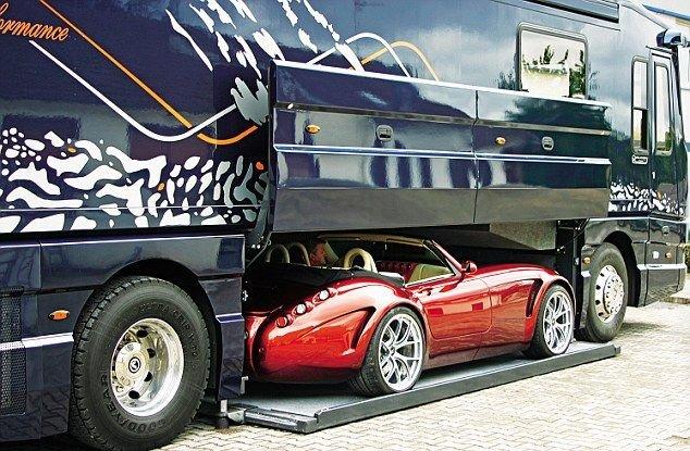A háromtengelyes változatban akár 5 méter hosszú autó is szállítható