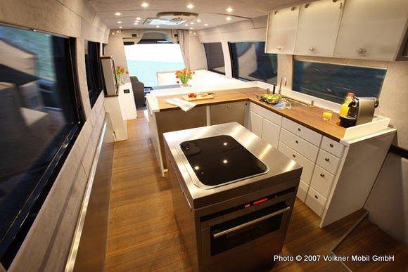 Az autóbuszban található konyha rendkívül gazdag felszereltségű: van benne mikrohullám sütő, mosogatógép és hűtő is