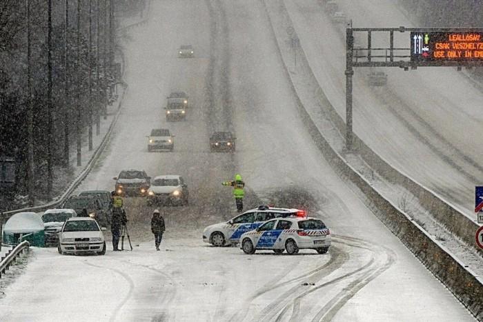 Ezrek rekedtek az utakon, vesztegelnek vonatokban országszerte a márciusi havazás és szélvihar miatt. Összegyűjtöttünk pár információt a tájékozódáshoz