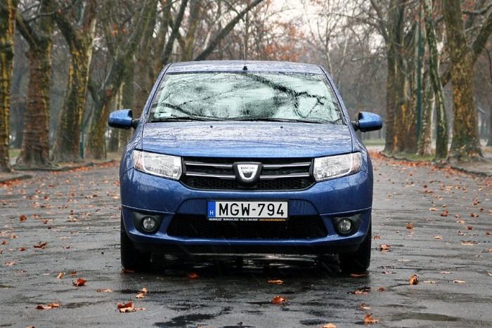 Ejj, azt a büdös román hétszázát! - szökkent ki a kolléga száján, amikor autót cseréltünk. Igen, újkorában a Dacia utastere jellegzetes műanyagszagú. De más baja nem nagyon van. Ennyiért meg pláne.