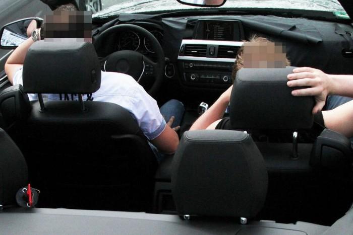 Szemmel láthatóan jó a fűtés a BMW 4-es kabrióban.