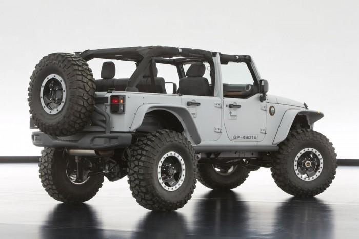 Jeep Wrangler Mopar Recon - Szürke fényezése alapján nem is gondolnánk, hogy a gépházban egy 6,4 literes Hemi V8 táncol, 470 lóerővel. Rövid áttételezésű első és hátsó differenciálművek, nagy teherbírású tengelyek, megemelt futómű, kovácsolt felnin duzzadó 39 colos abroncsok. Félajtók, egyedi lökhárítók, kopoltyús gépházfedél, vászontető, LED-es fényszórók (ez az egy nem a katalógusból származik, hanem prototípus) és a többi. A beltér dísze a katonai pokrócokból és álcaanyagból készített üléskárpit.