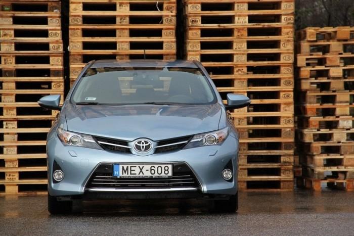Az új Auris arca európai szemmel amolyan vonzóan agresszíven idegenszerű. Egy japán kocsi ilyen legyen!