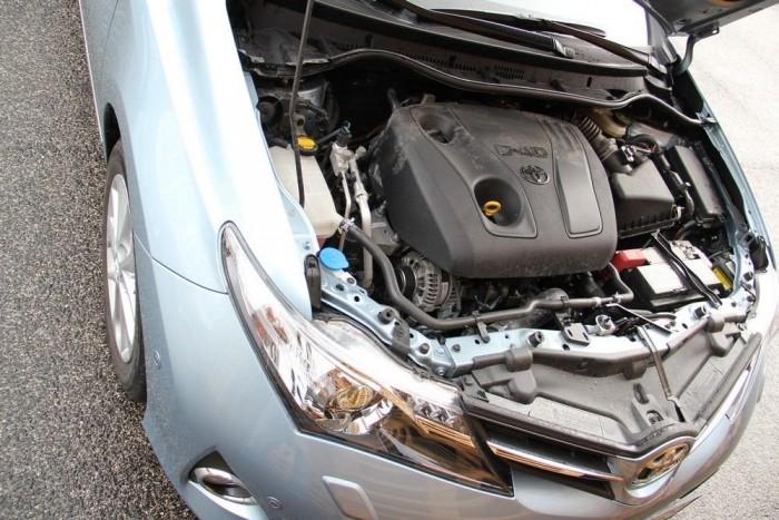 Az Auris kisebbik dízelmotorjának katalógusértékei ugyan nem mutatnak túl látványosan, de harmonikusan mozog vele az autó
