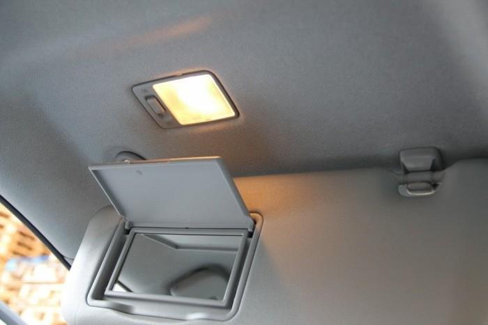 A sminklámpát nem kapcsolja ki automatikusan a felhajtott napellenző