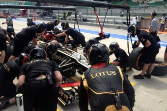 F1: Vért izzadva segítik Räikkönenéket