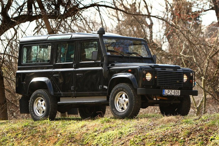 Az igazi Land Rover sötétzöld, fehér tetővel. De ez is jól néz ki.