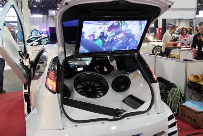 Olaszok épített show autó Fiat Punto alapokon, kötelező gyomorforgatóan erős hi-fi rendszerrel, hatalmas LCD tévével.