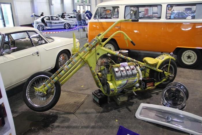 Ez a gyöngyszem szerényen megbújt az autók árnyékában. Pedig a Tatra V8-asa autóban is ritka látvány, hát még motoron.
