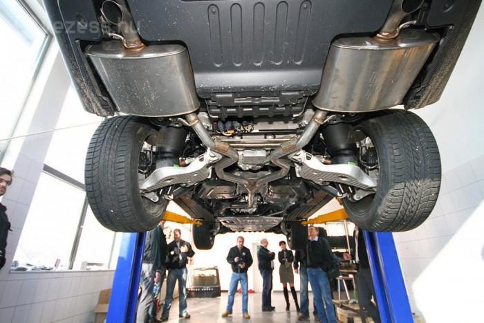 Kár, hogy halandó emberként igen ritkán láthatunk Range Rovert alulról. A kipufogókígyó, illetve a hajtásláncba beépített temérdek alumínium, vagy a bő karvastagságú kardántengelyek igazán impozáns látványt nyújtanak.
