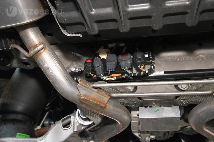 A Range Rover alja szinte tökéletesen védett, az érzékenyebb részeket vastag alumínium lemez óvja a különféle káros behatásoktól. Egyedül ez a maroknyi csatlakozó maradt aggasztóan védtelen. Terepen, tolatás közben akár egy masszívabb faág is komoly kárt tehet bennük.