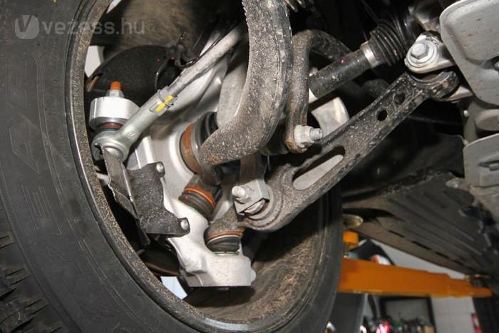 Rafinált futómű teszi terepen magabiztossá, illetve autópályán, nagyobb sebességnél is stabillá a Range Rovert. A sebességtől függően változik a stabilizátorok engedékenysége.
