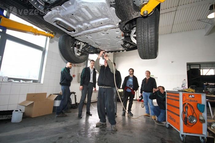 Pancserek lepték el a minap a Land Rover márkaszervizt. Az újságíróhorda számháború áldozata lett, csak úgy repkedtek a Nm-ek, lóerők, milliméterek, hárombetűs mozaikszavak, illetve minden, amit tudni lehet, érdemes az új Range Roverről.