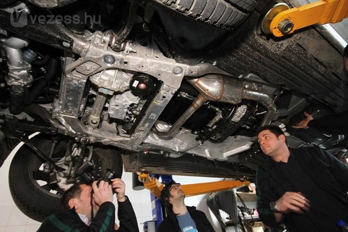 Bár a képen nem nagyon látszik, de az új Range Roverbe építik be az autóipar történetének valaha készült legnagyobb, egy darabból készült alumínium elemét. Tervezésénél szempont volt, hogy minél kevesebb, és minél nagyobb darabokból készüljön a karosszéria. Ahol muszáj, ott pedig szegecseléssel illesztik össze a különböző elemeket.