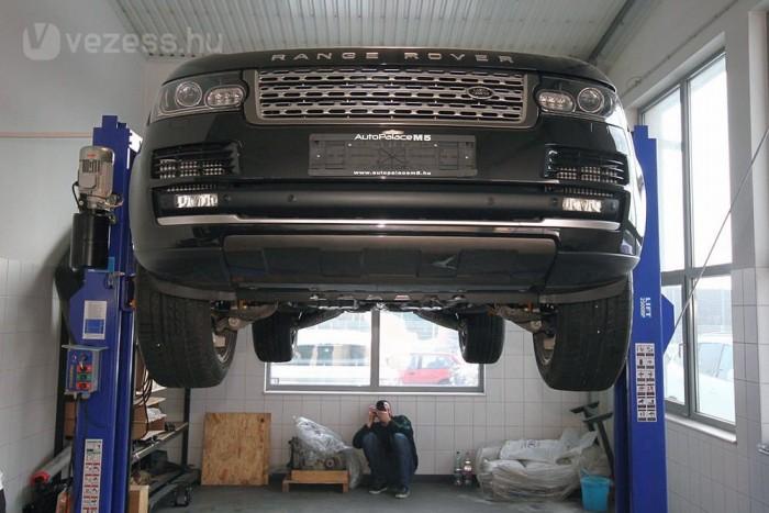 Az alumínium karosszéria javítása roppant bonyolult és igen komoly befektetést igénylő feladat. Nem is végezheti akárki, a karosszéria sérült Range Roverek így olyan spéci üzemben nyerik vissza eredeti külsejüket, ahol Ferrarikat, Maseratikat is javíthatnak. A hátsó ajtó is pillekönnyű, de az kompozit műanyagból készül.