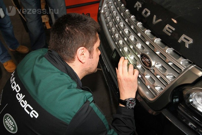 A kolléga éppen az automatikusan állítható szellőzőnyílás-lezáró lamellákat kutatja. De a Range Rovernél gondoltak az autót takarító tulajra is, ha a hűtőből szeretné ki-gőzborotvázni a beleszáradt sarat, akkor felül lehet bírálni az automatikát és nyitni a lamellákat.