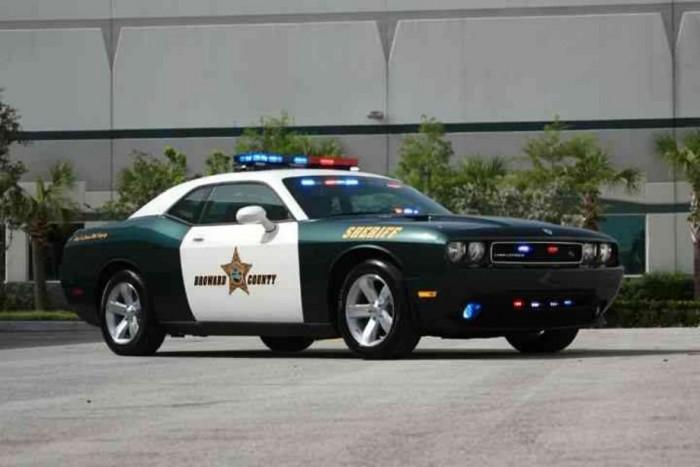 Eldugott falvak, nagyközségek őrsein tenne jó szolgálatot ez a Dodge Challenger. Más autóból nem lehet hatásosabban kiszállni és kérdezni: Átutazik, vagy hosszabb ideig marad? Mert tudja, mi nem szeretjük az idegeneket ebben a városban!