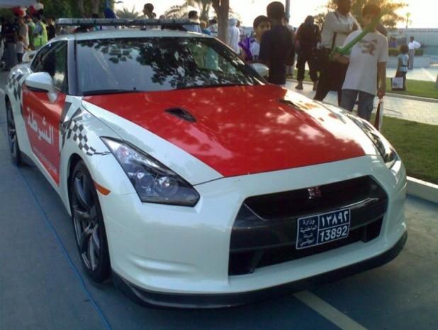 Godzilla? Erre nehéz lenne nemet mondani! A Nissan GT-R a négy kerékre állított műszaki tökéletesség, gyakorlatilag bármit utolér, ami szárazföldön halad. Erősen ajánlott választás!