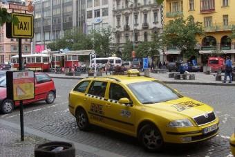 Megijedtek a taxis utasai, ellopták a taxit