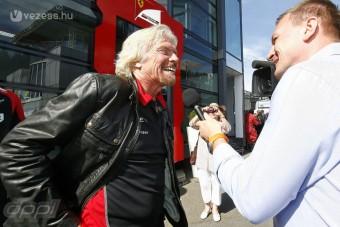 F1: Nőnek öltözik a volt csapattulajdonos