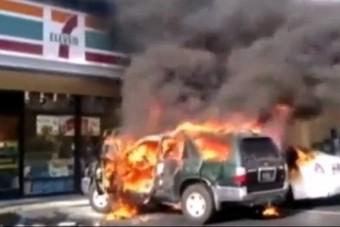 Nem kapott tőle pénzt, rágyújtotta az autót