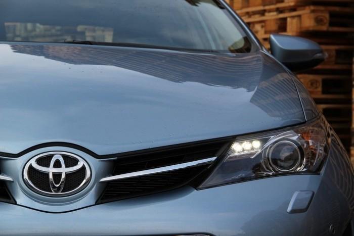 Az új Auris minden porcikájában agresszívebb, karakteresebb, jobb és izgalmasabb autó, mint elődje. Látványos, jó vezetni, és olcsóbb egy Golfnál annyival, amennyivel kell, hogy labdába rúghasson mellette