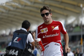F1: Alonso bepörög a közönségtől