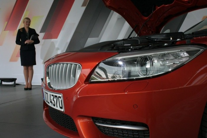A BMW tudja, hogy a jó sportautó jó csajokkal együtt az igazi