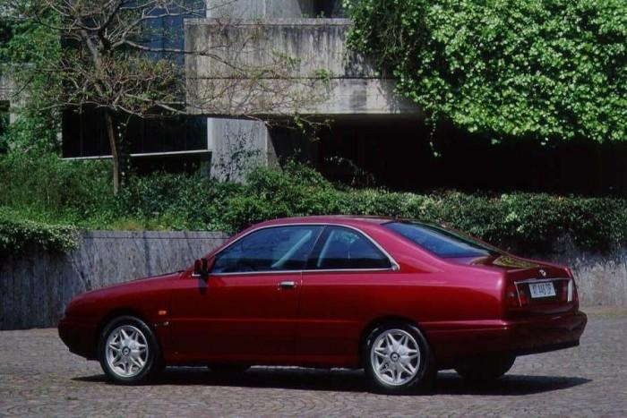 10. Lancia Kappa Coupé. A többi rémséghez képest maga Monica Bellucci, csak azért van a szégyenpadon, mert a designerek egy tökéletes arányú limuzinból csináltak egy bojlertesű, buflák kupét