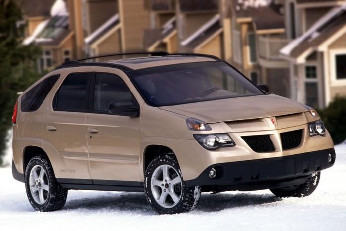 5. Nem elegáns sokadiknak beletörölni a lábunkat a Pontiac Aztek formatervezőibe, talán a GM fejeseit kellene szapulnunk, amiért ezt a tervet választották illetve gyártásba engedték. Az benne az igazán abszurd, hogy a General Motors ezzel a döggel próbálta útját állni a CR-V és a RAV4 amerikai térhódításának