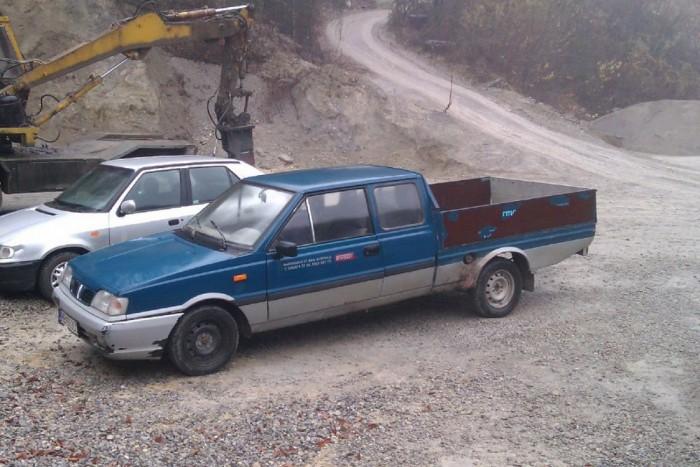 7. Daewoo-FSO pickup. A szocializmus idején az ötajtós Polonez menő autó volt, a kétliteres, 112 lóerős motorral az ezerhatos Ladát is legyőzte Siófokig az M7-en. Ám a gyárat megvásárló Daewoo hajlott korára pickuppá barkácsolta át az öt, majd négy ajtóval és kombiként már létező Polonezt. A festőbrigád még egy szakadt Transitból is jobb eséllyel dudál a csajoknak