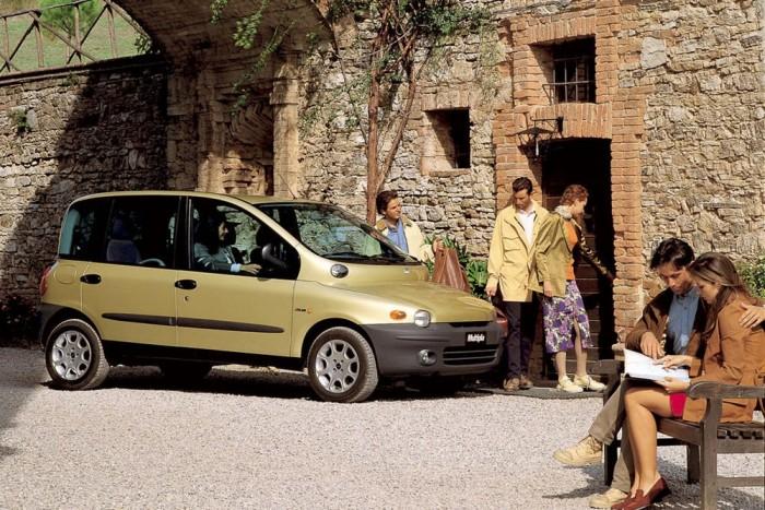 8. FIAT Multipla. Rendben, a stílusérzékükről híres olaszoknak is lehet rossz napja, de a Multiplát látva tényleg nem értjük: vajon mire gondolt a költő? Komoly csatában kiszorította a listáról a BMW X6-ot