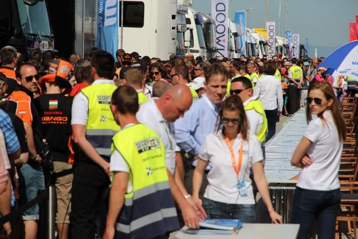 Hömpölyög a tömeg az aláírásokra várva