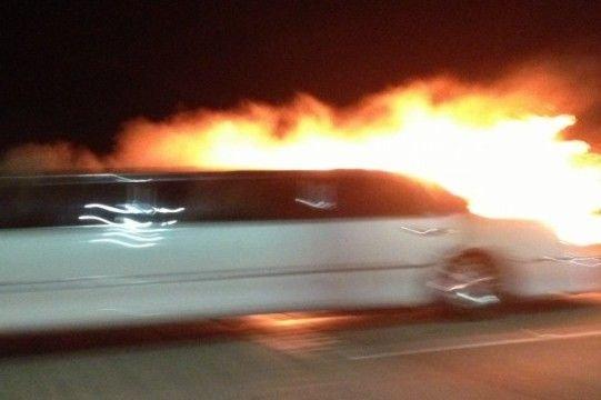 A limuzin mellett elhaladó autók utasai lefotózták a borzalmas tűzesetet