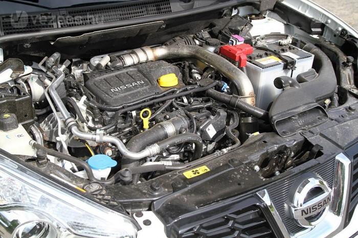 Apró, de erős 1,6 literes dízelmotor dolgozik az orrban, 130 lóerővel