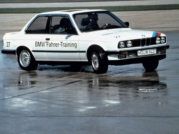 Az erősebb motorral szerelt BMW E30 belépő a kilinccsel előre közlekedők klubjába