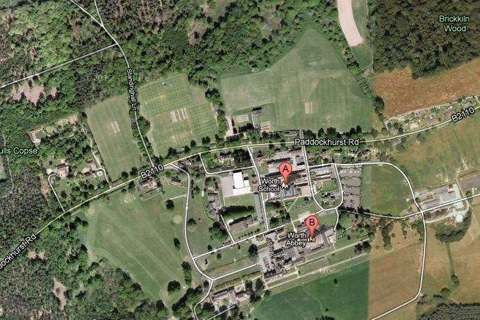 Az iskola (A) és a kép felső szélén látható sportpálya között forgalmas országút húzódik. Ma már őr vigyázza az átkelő diákok épségét.