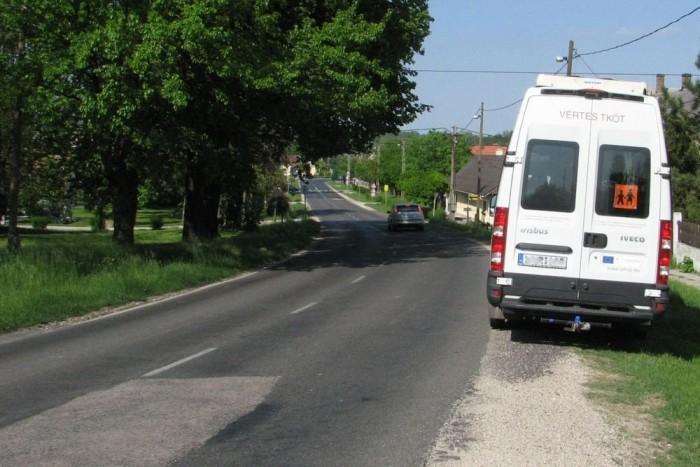 Az útpadkán álló iskolabuszra is vonatkozik az új szabály? Vagy a padka már nem számít?
