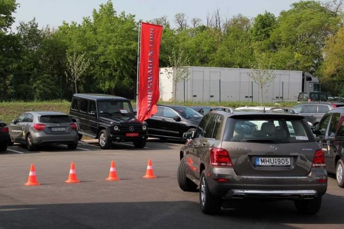 Second-hand autók a háttérben: mivel a Star Experience nem sajtó-, hanem ügyfélrendezvény, elhoztak egy csomó Jahreswagent is Zsámbékra, hátha valaki rákíván a márkára a menetpróbán, és Mercivel megy haza...