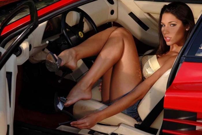 Ha Ferrarid van akkor el kell fogadnod: életedben kevés pillanat marad amikor nem vesznek körül szeretetre éhes mosollyal csábító, modellalkatú hölgyek. Mivel nehéz elképzelni, milyen kemény feladat ezt az élethelyzetet elviselni, összeszedtünk pár Ferrarival pózoló leányzót, hogy ti is jobban átlássátok a probléma mélységét.