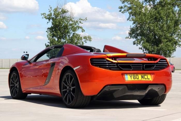 Szűk kapuba előrefelé beálláskor nem árt hátrafelé is nézni, mert szélesebb a McLaren hátulja, mint az eleje. A tolatást kamera könnyíti meg