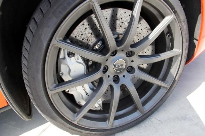 Alaptartozékként Pirelli P Zero abroncsokat szerelnek az MP4-esekre. A foga fehérét azonban P Zero Corsákkal képes kimutatni a McLaren